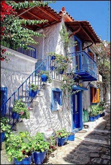 greek home……THE LOVELY GREEKS SURE LOVE THEIR BLUE…..SEEMS LIKE EVERY HOME, EVERY CHURCH, EVERY CAFE IS PAINTED IN BLUE AND WHITE………..I THINK IT IS SO INVITING…………..ccp
