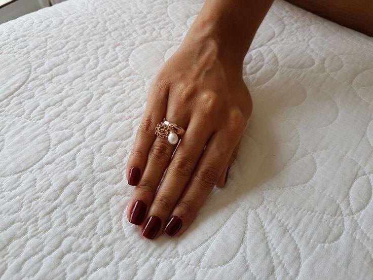 Anel pingentes Flor de Lótus - aliança meia-cana em prata 925 e pingentes mini flor de lótus e pérola natural biwa. Pode ser usado no dedo mindinho, anelar ou médio. Disponível em banhos de ródio branco, ródio negro, ouro palha 18k e ouro rosé 18k (esta foto: banho ouro rosé 18k). #anel #aneldemindinho #prata925 #designfeitoamao #designexclusivo #flordelotus #perolasnaturais