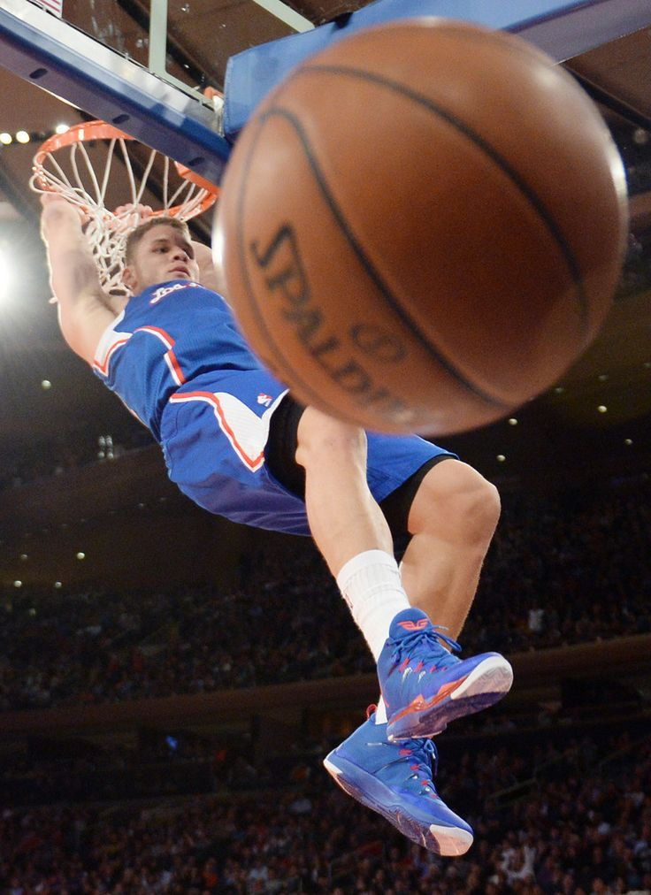 Blake Griffin dunk from the ball's point of view.