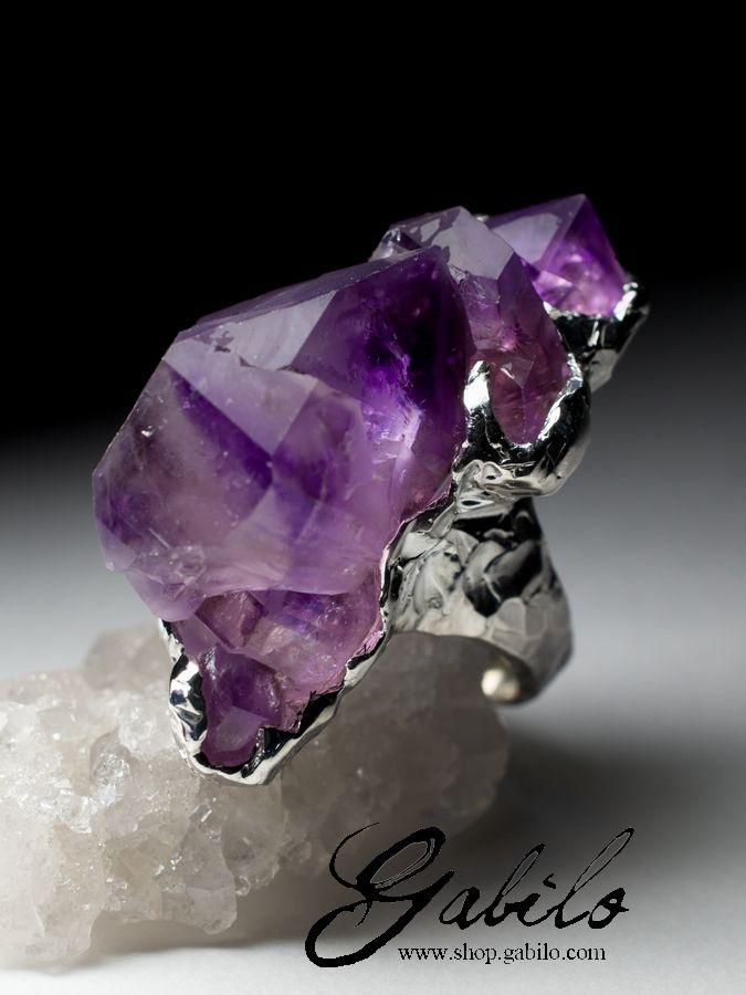 Серебряное кольцо с аметистом Серебряное кольцо с коллекционным образцом - натуральным природным кристаллом аметиста (месторождение камня - Кедон) в оправе из серебра 925 пробы, размер кольца - 19.5, вес образца 78.2 карата, вес изделия 34.35 грамма, размер образца около 20 х 22 х 42 мм, кольцо с кристаллом аметиста код 5548