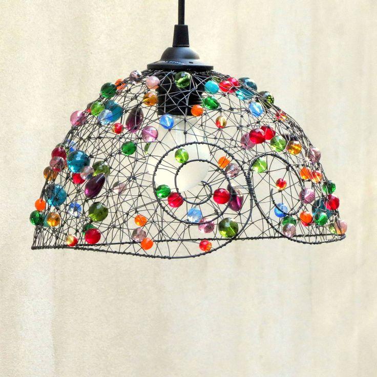 """Radost. Drátované stínidlo.   Šperk pro tvůj domov. Ozdob si to! Stínítko je menší, lehce nepravidelné, tvarované z ruky. Vyrobila jsem ho ze železného drátu a bohatě jsem ho ozdobila barevnou směsí broušených, mačkaných a práskaných perlí. Rozsvícené světlo vytváří večer fascinující stínohru. A zároveň se """"rozsvítí"""" všechny skleněné korálky. Železné ..."""