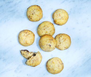 Vackra och goda chokladkakor som inte är så bruna som man är van vid. Rivet apelsinskal och mörk choklad står fint mot varandra, och det här är ett recept på småkakor som försvarar sin plats på kakfatet varje dag.