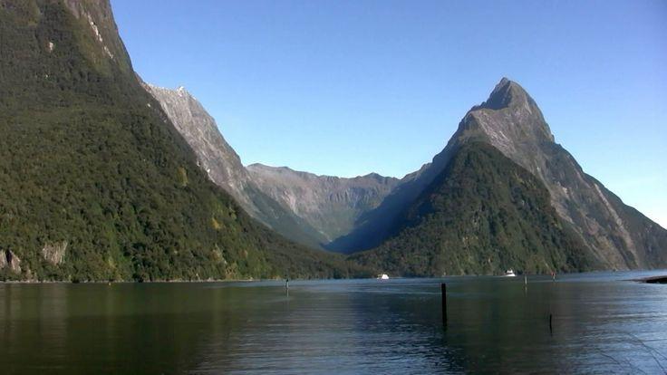フィヨルドランド国立公園(Fiordland National Park)はフィヨルドランドと知られている地域、ニュージーランドの南島の南西部角を占めている国立公園である。ニュージーランドで最大の国立公園(12,500 km2)であり、ワヒポウナム世界遺産の大部分を占めている。1986年、周辺の国立公園と共にユネスコの世界遺産(自然遺産)に登録された。