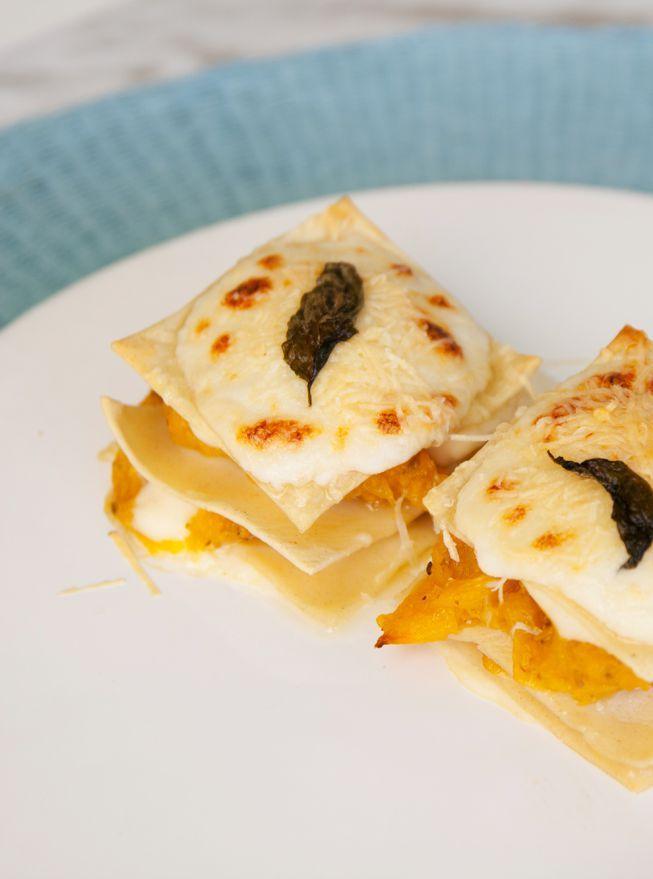 Nos hemos enamorado de esta receta: Lasaña de calabaza con salsa de cebolla y mostaza. Una combinación de sabores otoñales deliciosos.