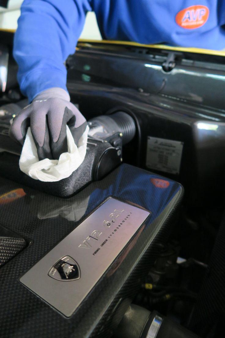 Lamborghini Motorpflege von Hand. www.avp-autopflege.ch