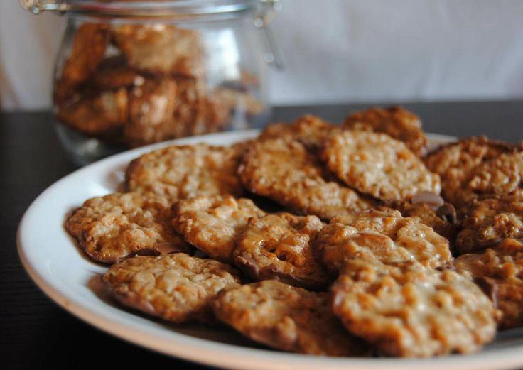 Cómo hace galletas de almendra y chocolate. Unas galletas que no deben faltar en tu recetario. Te cuentan cómo hacerlas desde el blog Con Extra de Queso.