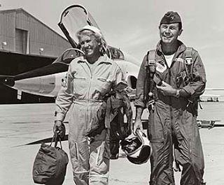 Jackie Cochran • 🇧🇷 Nascida em 1906, Jacqueline foi uma aviadora pioneira americana e considerada uma das mais habilidosas de sua geração. Ela foi a primeira mulher no mundo a quebrar oficialmente a barreira do som. Foi uma das principais contribuidoras para a criação da WASP (women Airforce Service Pilots), que foram as primeiras mulheres aviadores das Forças Armadas dos Estados Unidos, durante a Segurança Guerra Mundial.  EN• 🇺🇸 Born in 1906, Jacqueline was a pioneer in the field of…