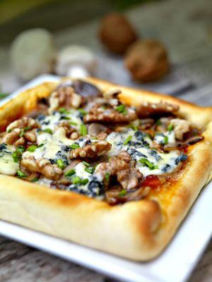Pizzeta de queso y nueces  Hacerla es así de fácil: http://www.mujeresreales.es/cocina/entrantes/articulo/pizzeta-de-queso-y-nueces-811452593473