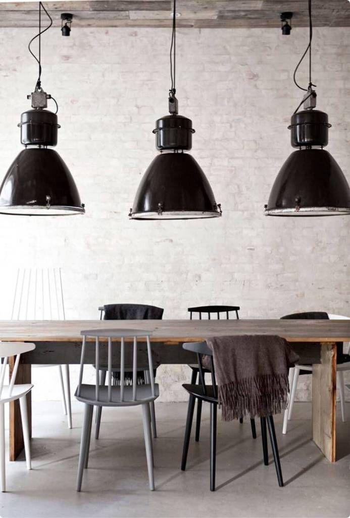 Sala de Jantar Industrial - Dicas para Escolher as Cadeiras da Mesa de Jantar - Cozinha Rustica com Pendentes Industriais pretos, mesa de jantar de madeira com cadeiras pretas, cinza e branca. Piso de Concreto Polido ou Cimento Queimado.