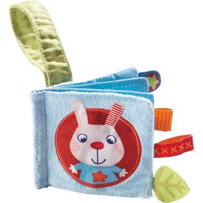 Le livre pour poussette Lapin Flip de la marque Haba est idéal pour occuper bébé lors des promenades et le stimuler à la lecture.