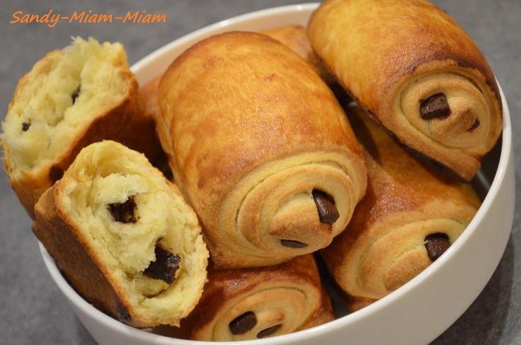 J'ai voulu tester ces petits pains au chocolat briochés pour le goûter, c'est une recette que l'on retrouve un peu partout sur la blogosphère et qui reste toujours sensiblement la même. Ils ne sont pas aussi légers que des pains au chocolat feuilletés...