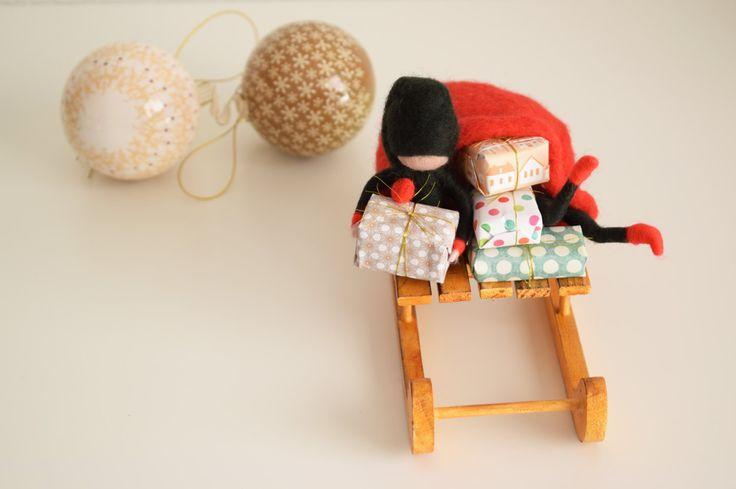 Elfos de Navidad en trineo.Saco de Papá Noel y trineo.Elfos de Papá Noel.Saco de los regalos en trineo.Adorno navideño.Inspiración Waldorf de MamaCuac en Etsy