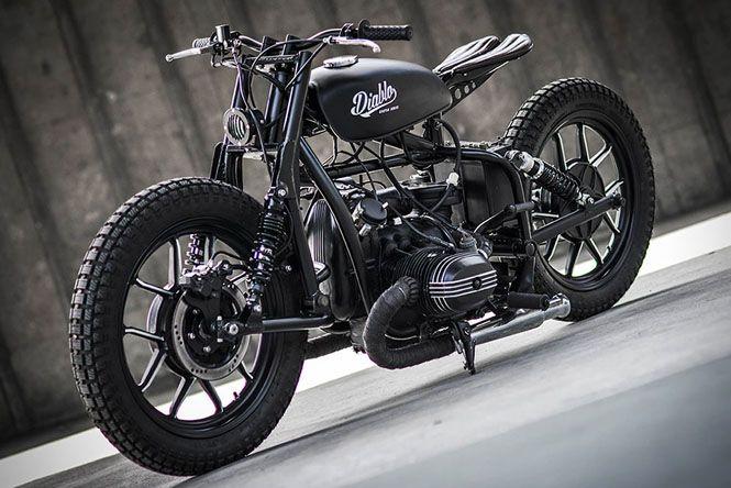 当サイトでもしばしば登場するロシアのバイクメーカーといえば「ウラル」ですよね。今回はそんな「ウラル」の80年代前半のマシンをベースにしたカスタムマシンを紹介しましょう。 ウラルとは? ウラルは、ウラルモト社というロシアを拠点とするメーカーのオートバイ及びサイドカーのブランド名となります。ウラルモト社の製品は、懐古主義的かつミリタリー指向の強いオートバイとして知られており、特にサイドカーのシェアに関しては世界でもトップクラスとなっています。 1939年、第二次世界大戦に向けた軍備増強のための国家事業によって誕生。ドイツのBMW「R71」を徹底的に構造解析をした結果、ボクサーエンジンに強いメーカーとなりました。 モーターフリークとしても知られるブラッド・ピット氏もウラル社製サイドカーを愛用しているほどです。日本では「ウラル・ジャパン株式会社」が輸入総代理店となっております。 「ディアブロ」と名付けられたカスタムマシン 「ディアブロ」と名付けられたこちらの車両。サイドカーが付いていないので、ウラルとは気づきにくいですが、タイトルにもあるようにウラル社のマシンがベースなのです。…