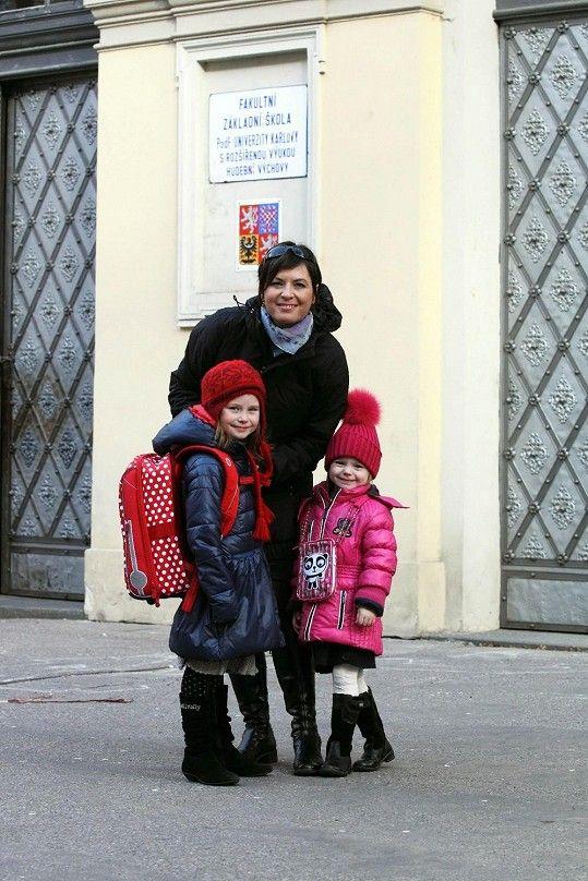 Bára vede malou Violetku k zápisu do základní školy s rozšířenou hudební výukou.
