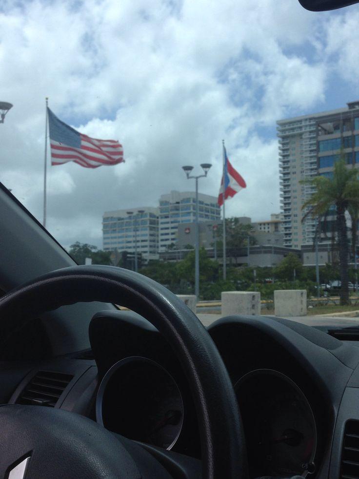 Coliseo de Puerto Rico. Foto tomada a las 12:30 pm. Las banderas estaban colocadas en unas astas grandes y al mismo nivel. De tamaño grande y las banderas puestas eran las de puerto Rico, Estados Unidos y la del Coliseo. Las mismas estaban descoloridas y con mala presentación.