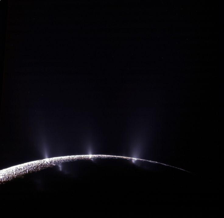 Basato sui dati dei grani di ghiaccio e del gas dei pennacchi rilevati dallo dello spettrometro di massa a bordo della sonda della NASA Cassini, un nuovo studio ha determinato il pH dei geyser di Encelado, una delle lune di Saturno dove è stata confermata l'esistenza di un oceano sotterraneo interposto tra il nucleo roccioso e la crosta ghiacciata. I risultati mostrano che il pennacchio e, quindi, per deduzione anche l'oceano, ha un pH alcalino di circa 11 o 12, simile a quello delle…