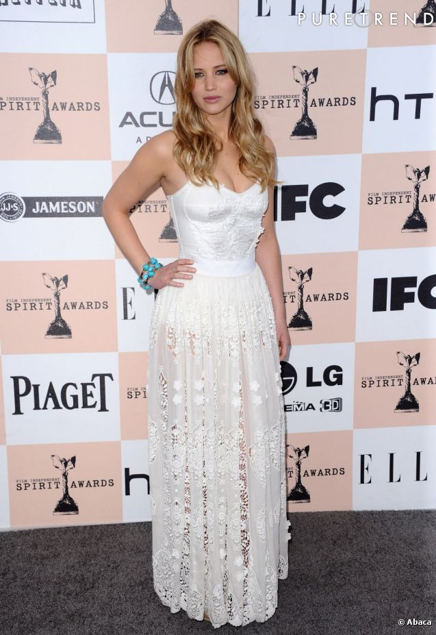"Jennifer Lawrence mise sur la transparence en Dolce & Gabbana, pour les ""Film independant spirit awards""."