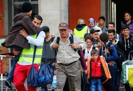6日、ドイツ南部ミュンヘンに列車で到着し歩きだした難民ら(ロイター=共同) ▼7Sep2015共同通信|難民ら2万人、独に到着 警察当局「受け入れ限界近づく」 http://www.47news.jp/CN/201509/CN2015090701001153.html