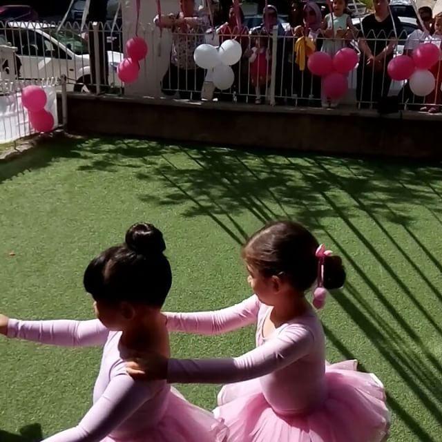 Kizimin Zeynep Ece'nin ilk #bale gosterisi ��  #balerin #kucukbalerin #sanat #art tesekkurler ogretmenimiz #ezgigemalmaz @eezgigemalmaz @hayatagacisanatakademisi http://turkrazzi.com/ipost/1514727533143992826/?code=BUFZKqAjSn6