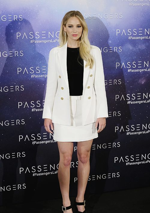 Jennifer Lawrence attends the 'Passengers' photocall at Villamagna hotel on November 30, 2016 in Madrid, Spain.