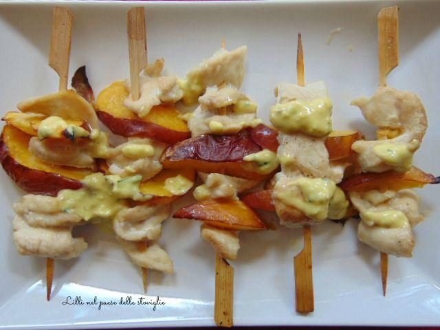 Spiedini di pollo pesche e crema all'aglio