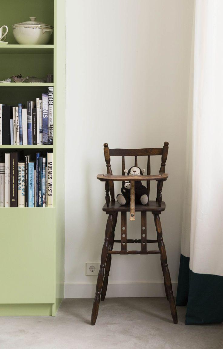 affordable groene boekenkast met een vintage kinderstoel green bookcase with a vintage highchair vtwonen with boekenkast vtwonen