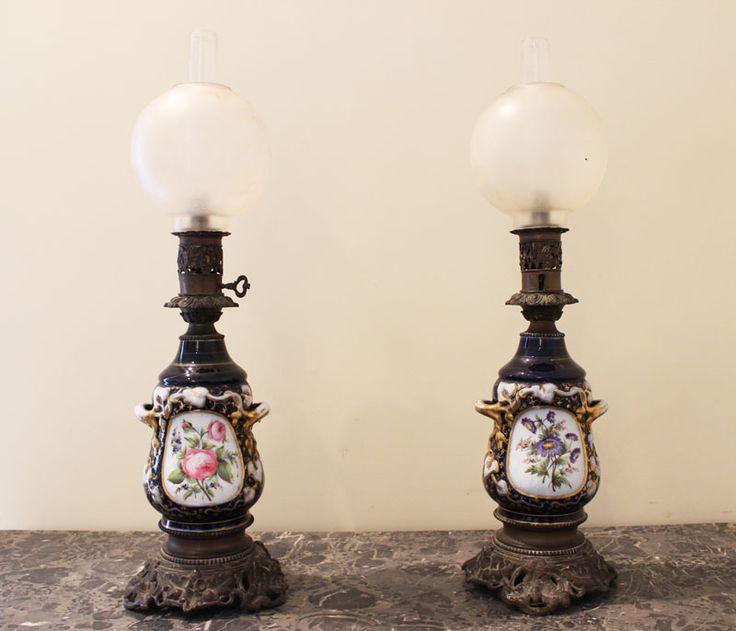 Coppia di lumi in porcellana decorata e dipinta con medaglioni su entrambe le facce. Guarnizioni in bronzo. h 50 cm. #lampade #antiche #lumi #porcellana #antiquariato #antique #lamps
