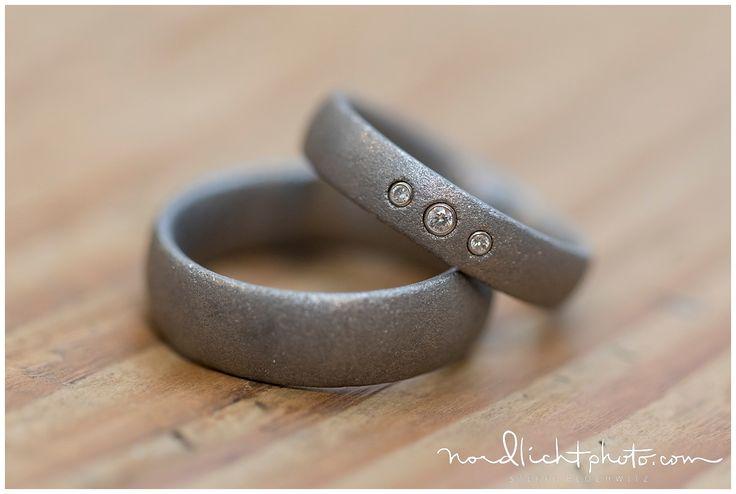 mattes silber mit 3 Steinen für die Frau - in diesem Ring wurden Teile der Nabelschnur der 3 Kinder verarbeitet.