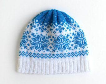 Een paarse argyle hoed is een moderne kijk op een klassieker. Het beschikt over een iconische puple en witte ruitpatroon gegarneerd met een kleine bijpassende pom pom. Wol maakt dit beide lichtgewicht en warm, net als uw favoriete argyle trui in de vorm van de hoed. Het verslijten golfen of een pop van kleur brengen naar een neutrale winter ensemble met dit argyle muts breien. MATERIAAL: 100% wol CARE: Handwas, lag plat te drogen. MATEN: S - 17 omtrek plat, 8 lang, voor kinderen of kleine…