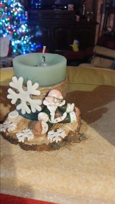 """Topper """"Babbo Natale """" in c.f.con candela posato su cerchio di legno"""