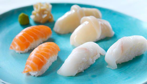 Det er enkelt å lage nigiri sushi selv. Lager du nigiri med laks, kveite og kamskjell får du et fargerikt sushifat som vil imponere – både deg selv og gjestene dine!