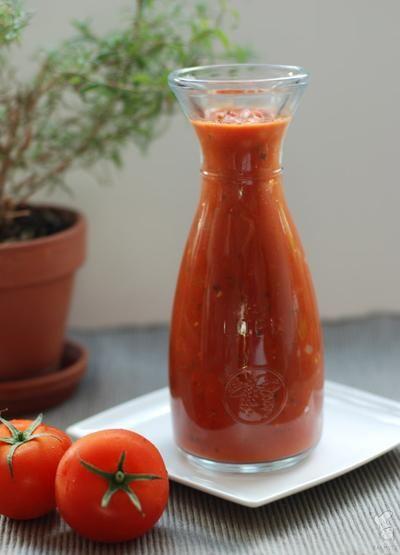 Handig basisrecept voor tomatensaus. Je kunt het o.a. gebruiken als (basis voor) pastasaus, saus voor de lasagna of voor pizza's. Weg met die kant-en-klare supermarktpotjes! :-) Lees het recept via de bron.