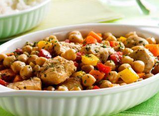 """A receita de <a href=""""http://mdemulher.abril.com.br/culinaria/receitas/receita-de-grao-de-bico-frango-legumes-487646.shtml"""" target=""""_blank"""">grão-de-bico com frango e legumes</a> é uma ótima opção para variar no menu!"""