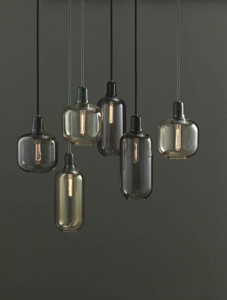 Disse dekorative lamper fra Normann Copenhagen har et smukt sammenspil mellem marmor og glas. Lampen vil med garanti klæde ethvert hjørne, hvor der skal lidt hygge til. Amp Lamp fås i to størrelser. Loftslampe, Amp Lamp, glas og marmor, 2 størrelser, 799 kr., Normann Copenhagen