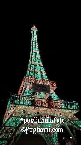 Una Torre Eiffel è illuminata in segno di solidarietà con Parigi per la strage di Charlie Hebdo