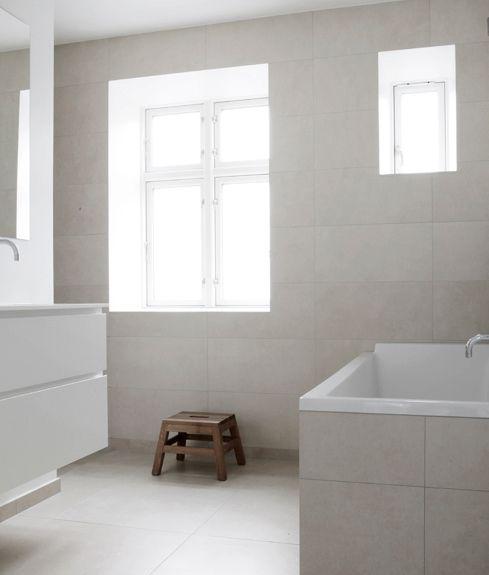 Minimalistiskt så in i Norden! Ett underbart ljust badrum är ritat av danska Norm Architecture för ett privathem.