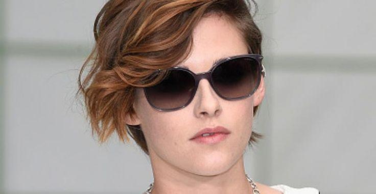 Amiga de Karl Lagerfeld, atriz Kristen Stewart comparece a desfile da Chanel