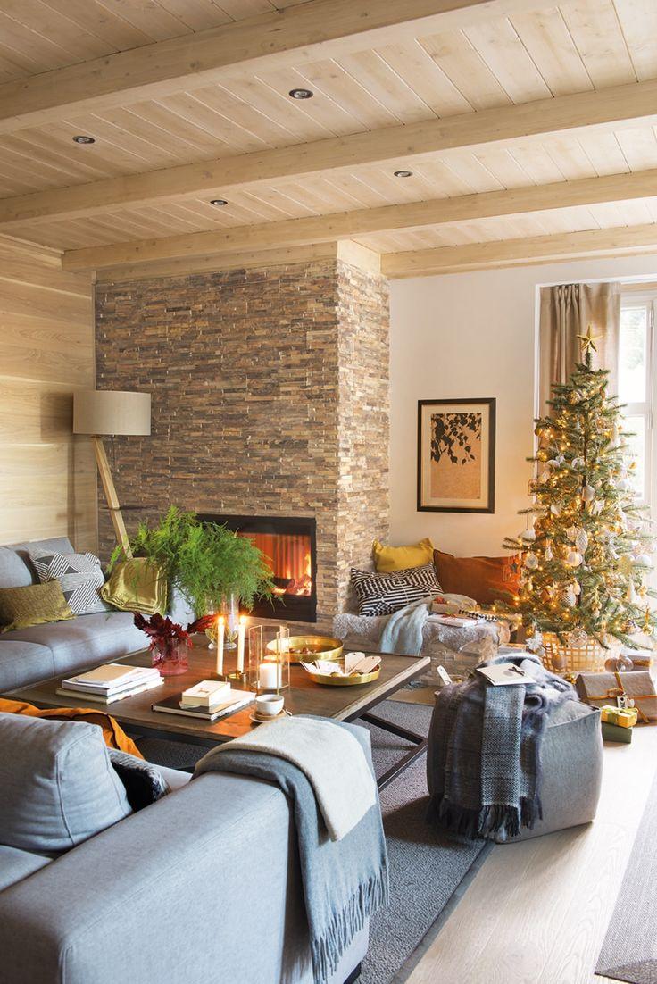 salon decorado con motivos navideños y chimenea en un piso rustico