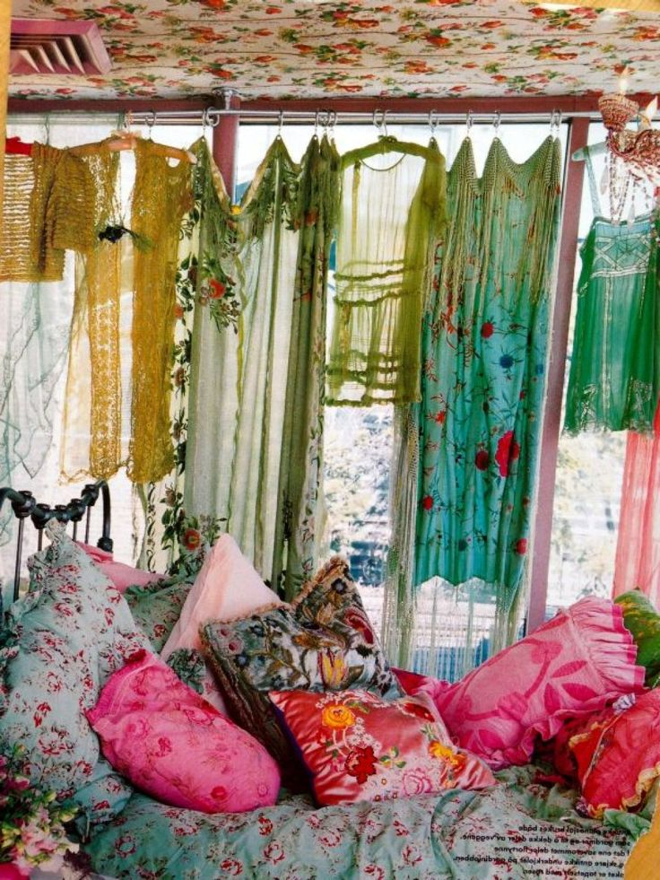 17 best ideas about bohemian style bedrooms on pinterest for Hippie living room ideas