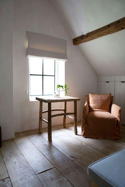 vieux plancher brut larges lames , mur blanchi à la chaux