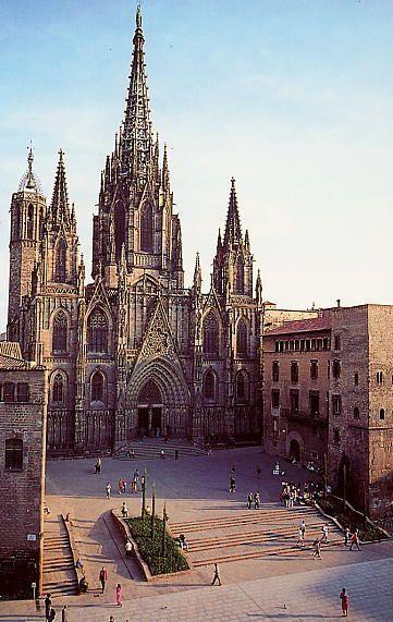 La Seu es una catedral gótica en el centro de Barcelona. Era construido durante los 13 y 15 siglos. Está dedicada a Eulalia, el santo de Barcelona.