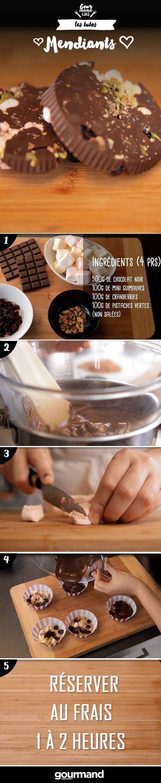 1. Faire fondre le chocolat en bain-marie. 2. Découper les guimauves et hacher les pistaches. 3. Les placer dans des petits contenants avec le chocolat fondu et les fruits secs. 4. Réserver au réfrigérateur pendant 1 à 2h.