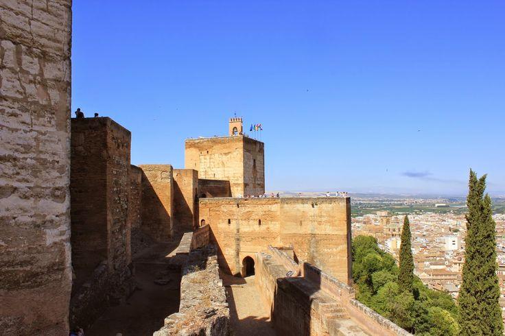 aquí son impresionantes en primer lugar la Torre de las Armas(4) y detrás ,no se ve la Torre de los Hidalgos(3) y sobre ellas la bella Torre de la Vela(2),fijaros en el doble amurallamiento  y en la belleza del adarve