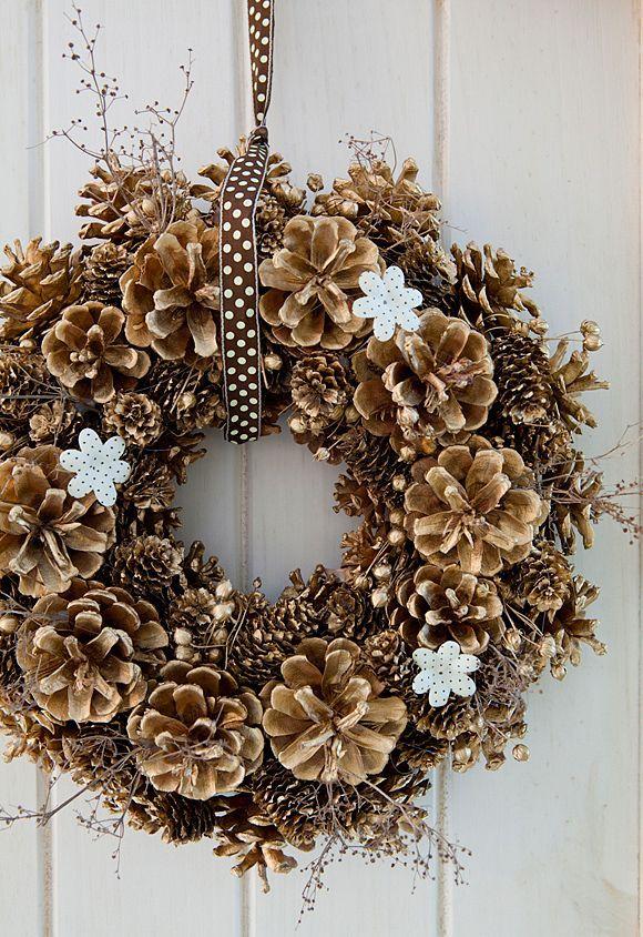 Ghirlanda natalizia realizzata con le pigne