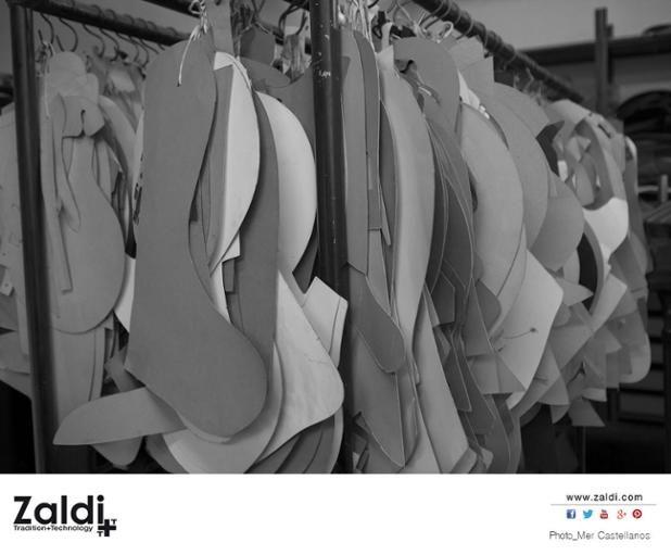 Buenos días, #FelizMartes a pesar de ser un día triste. Comenzamos con una fotografía de Mer Castellanos de nuestra fábrica. Estamos en la sección de antiguos patrones. Piezas que han sido fundamentales en el desarrollo de nuestros grandes modelos de sillas de montar. Más información y vídeos sobre la fábrica y procesos de fabricación de las sillas de montar en el siguiente enlace http://zaldi.com/fabrica/