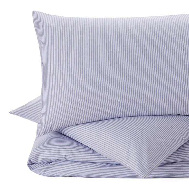 Ein Hoch auf Streifen. Für unsere Perkal-Bettwäsche Izeda verweben unsere Partner in Portugal beste Baumwolle in Dobby-Bindung mit leichter Textur. Dünne Streifen kreieren auf der Vorderseite ein maritimes Flair, während zarte Linien auf der Rückseite einen schönen Kontrast bilden. Ein Kissenbezug mit Einschlag und verdeckte Knöpfe an der Bettdecke schließen die Bettwäsche-Kollektion.
