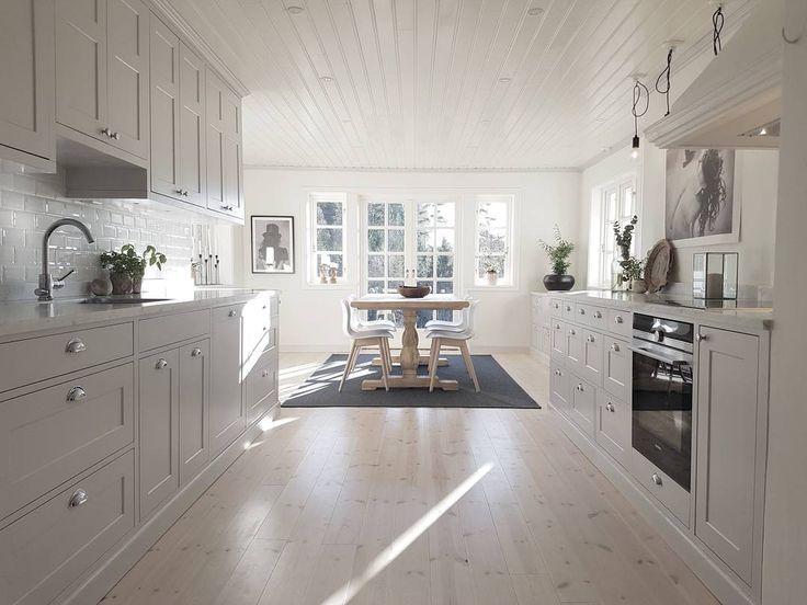 Platsbyggt kök av massivt trä. Grå luckor och bänkskiva av marmor