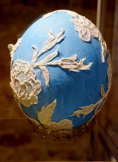 """""""Le nuvole"""" - Uovo di struzzo dipinto a tempera e rivestito con pizzo da recupero"""