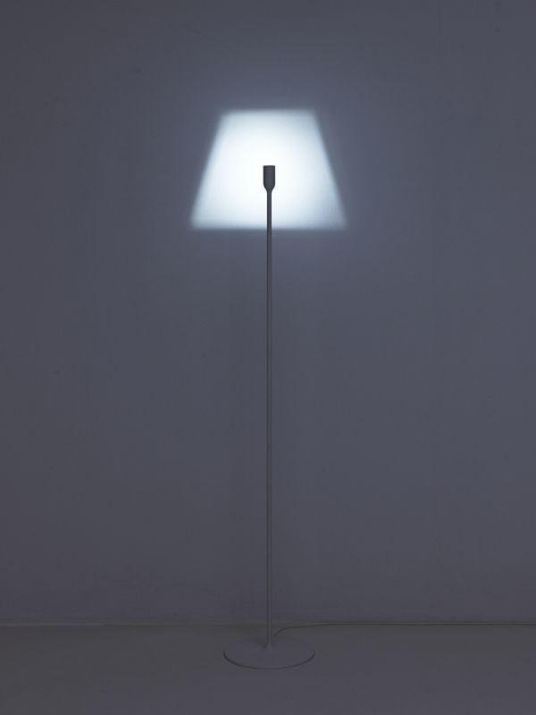 Cette lampe design intelligente est ma dernière obsession !Simplement appelée «la lumière», elle donne un nouveau sens de l'ombre et de la lumière. La lumière brille à travers un trou finement découpé pour créer l'illusion d'une forme de lampe classique se dessinant contre le mur. Minimale avec une touche d'humour, elle est attrayante, intéressante et sera un sujet de conversation pendant un petit moment ! Plus d'infos ICI