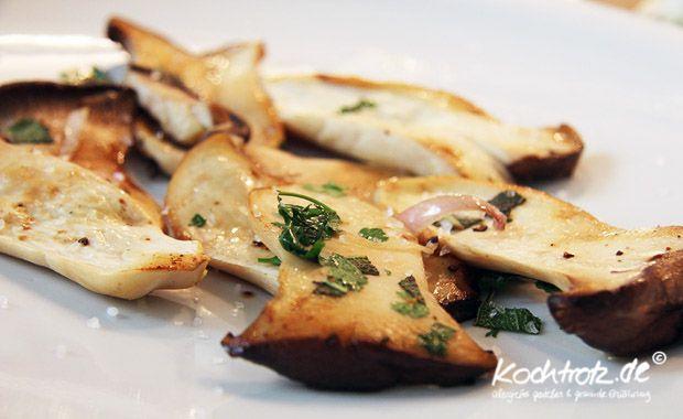 Eigentlich braucht man zu dieser köstlichen Beilage nur frische Pilze und ein paar frische Kräuter zu besorgen. Den Rest haben Sie zu Hause.